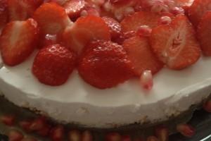 Pyntet med friske jordbær og granateple